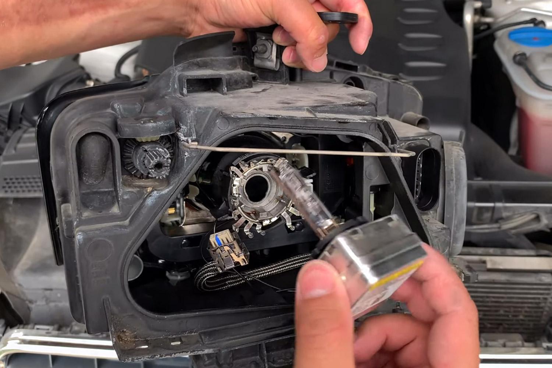 12-remplacer-ampoules-xenon-audi-a5.jpg