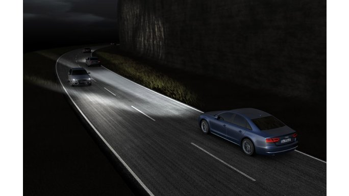 Audi A8 Nuit sur route