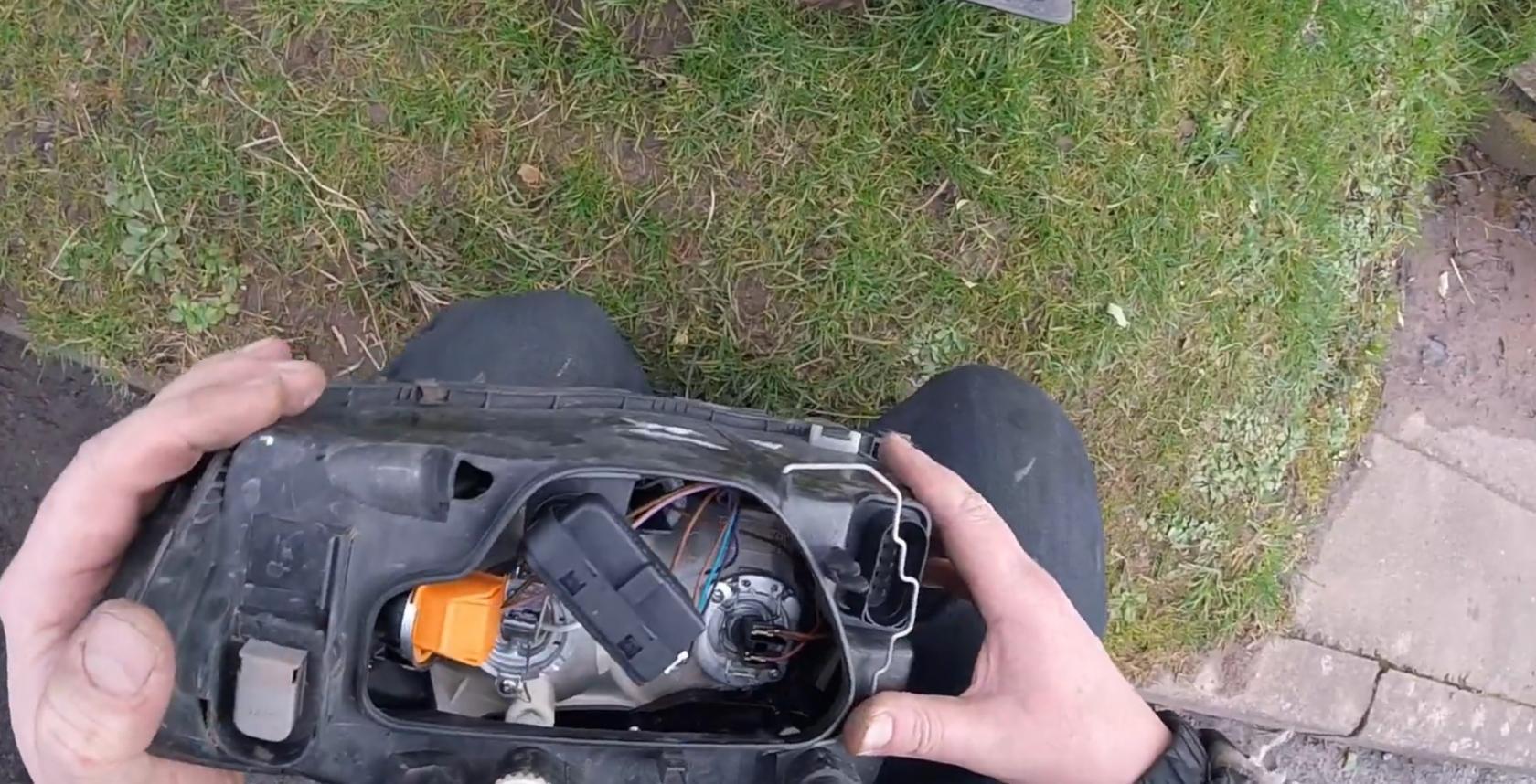 Tuto-remplacement-ampoules-AudiA2-3.jpeg